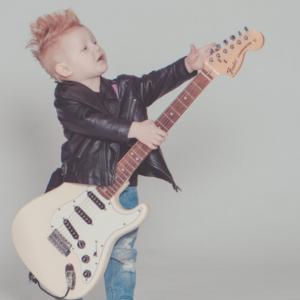 Отдать ребенка учиться игре на гитаре: когда и как